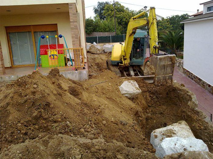 excavadora en el jardín