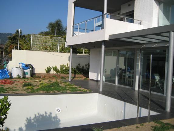 casa moderna con piscina por arreglar