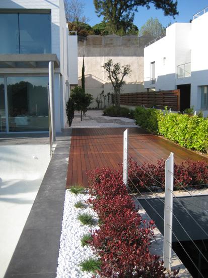 jardín con piscina y traviesas