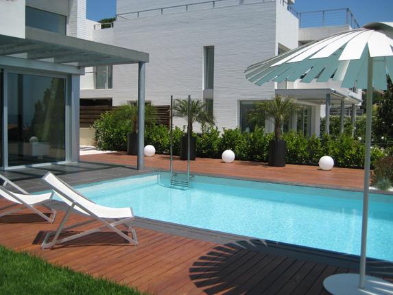 paisajismo finalizado en jardín con piscina